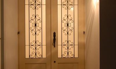 風見鶏の家~夢をかなえる住まい (ロートアイアン格子の玄関ドア)