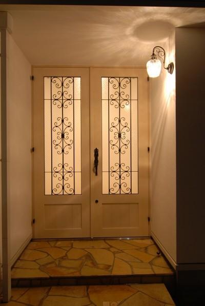 ロートアイアン格子の玄関ドア (風見鶏の家~夢をかなえる住まい)