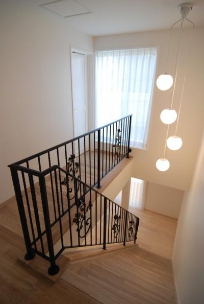 ロートアイアン手摺の階段 (夢をかなえる住まい)