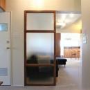 シンプルに暮らせる。ヴィンテージスタイルの家の写真 玄関から見える景色