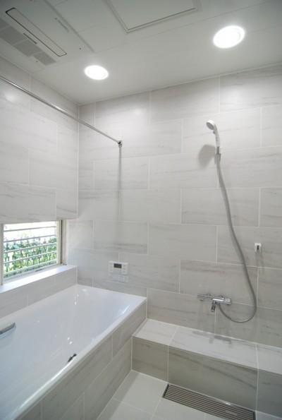 大きな浴槽のある浴室 (風見鶏の家~夢をかなえる住まい)