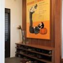 シンプルに暮らせる。ヴィンテージスタイルの家の写真 サビニャックのポスターがお出迎えする玄関