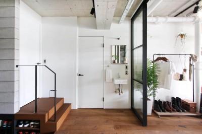 玄関ホール (植物で彩るインダストリアル空間)
