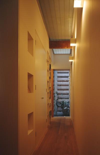 光庭の家 – 敷地条件を諦めない改修<リノベーション> – (1階廊下)