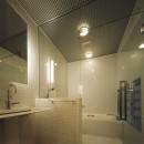 光庭の家 – 敷地条件を諦めない改修<リノベーション> –の写真 1階洗面・バスルーム