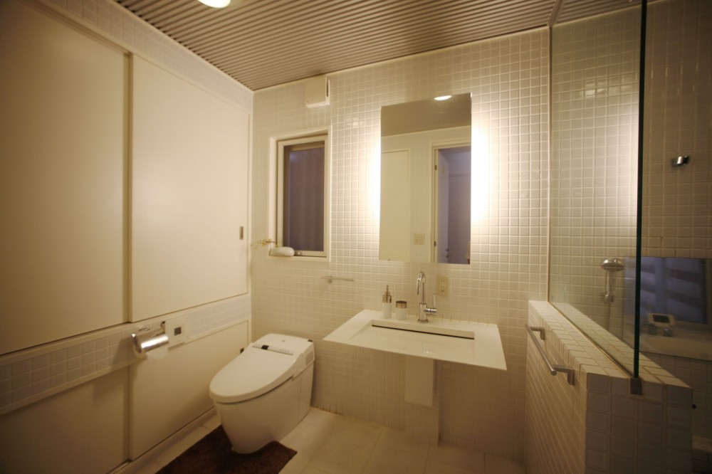 光庭の家 – 敷地条件を諦めない改修<リノベーション> – (洗面 トイレ)