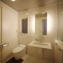 光庭の家 – 敷地条件を諦めない改修<リノベーション> –の写真 洗面 トイレ