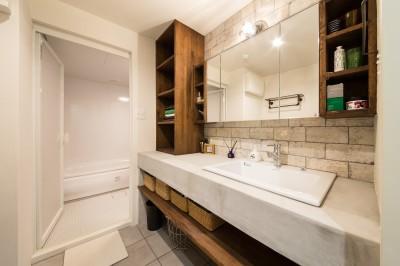 広々洗面スペース (海が好きなご夫婦と創り上げたSurf style)