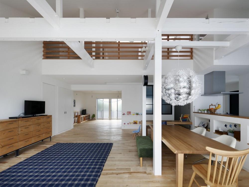 回遊できる家 – 長く子供と仲良く、築46年の回遊できる家<リノベーション> – (南からリビングの奥は将来の子供部屋。現在は1室空間としている。)