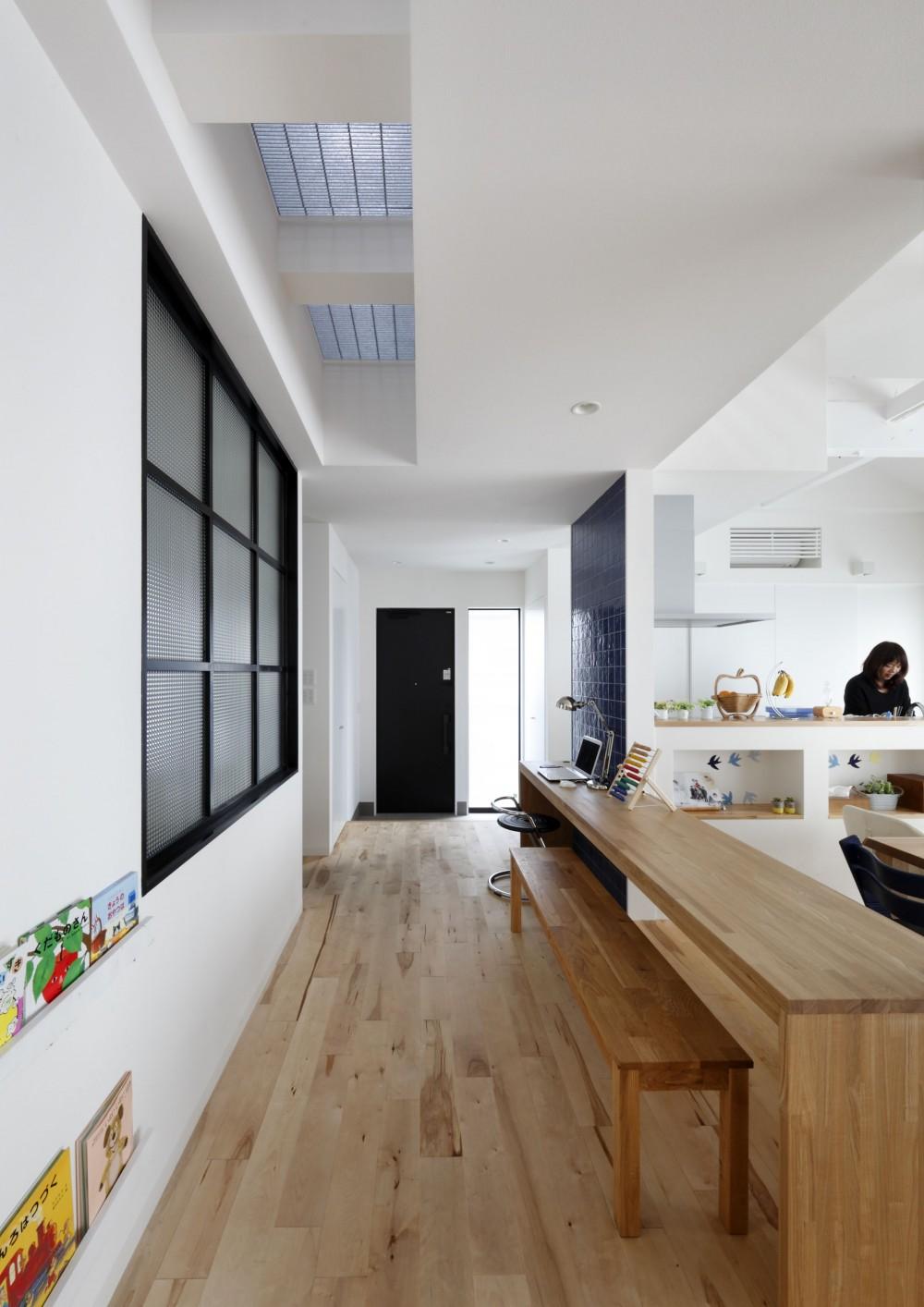 回遊できる家 – 長く子供と仲良く、築46年の回遊できる家<リノベーション> – (スタディカウンターから玄関を見る)