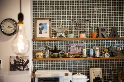 キッチンの棚 (海が好きなご夫婦と創り上げたSurf style)