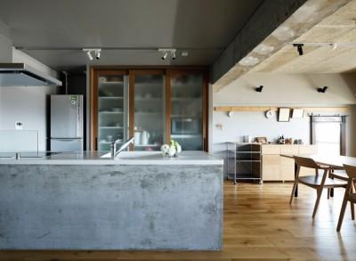 """モルタル塗りのキッチンの側面 (南向きの暖かなリビングに、子供たちの成長を見守る""""大黒柱""""のあるマンション。)"""