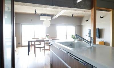 """南向きの暖かなリビングに、子供たちの成長を見守る""""大黒柱""""のあるマンション。 (キッチンの内側は木目調で印象を変えた)"""