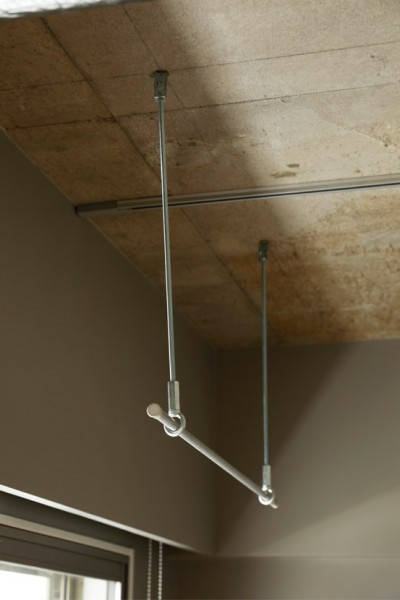 """シルバーの室内干し用バー (南向きの暖かなリビングに、子供たちの成長を見守る""""大黒柱""""のあるマンション。)"""