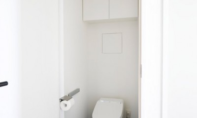 """南向きの暖かなリビングに、子供たちの成長を見守る""""大黒柱""""のあるマンション。 (トイレはごくシンプルに)"""