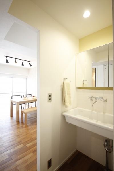 洗面スペース (窓を開けたら、まるで海!?カリフォルニアのリゾートライフ)