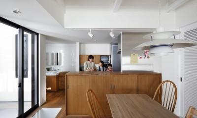 キッチンと洗面所|阿倍野の長屋  – 「5段の距離がいい」<リノベーション> –