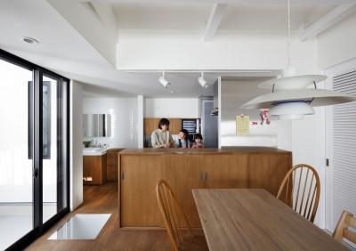 キッチンと洗面所 (阿倍野の長屋  – 「5段の距離がいい」<リノベーション> –)