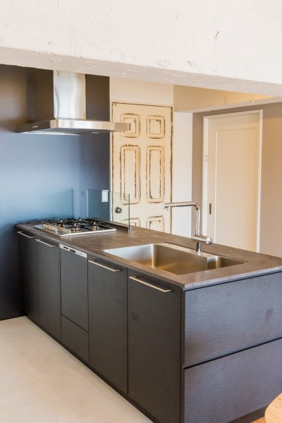 キッチン (「絶好の眺め」を主役にした、素材感を楽しむ大人ブルックリン)