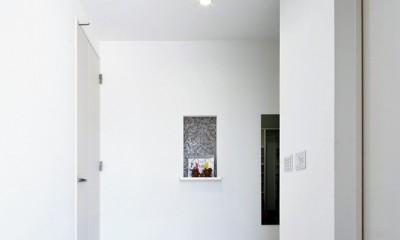 玄関ホール|Black & White、モダンレジデンス