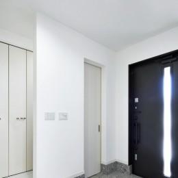 玄関ホール (Black & White、モダンレジデンス)