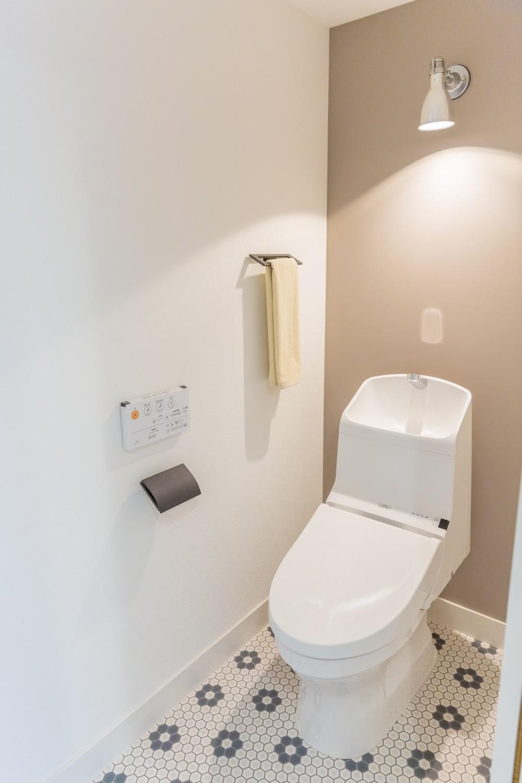 「絶好の眺め」を主役にした、素材感を楽しむ大人ブルックリン (トイレ)