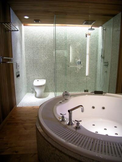 バスルーム (水上高原のヴィラ (ndesignと協同設計))