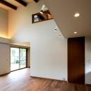 杉並の住宅 大きな切妻屋根の家の写真 吹抜けのリビングルーム