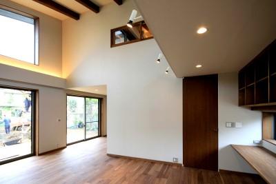 吹抜けのリビングルーム (杉並の住宅 大きな切妻屋根の家)