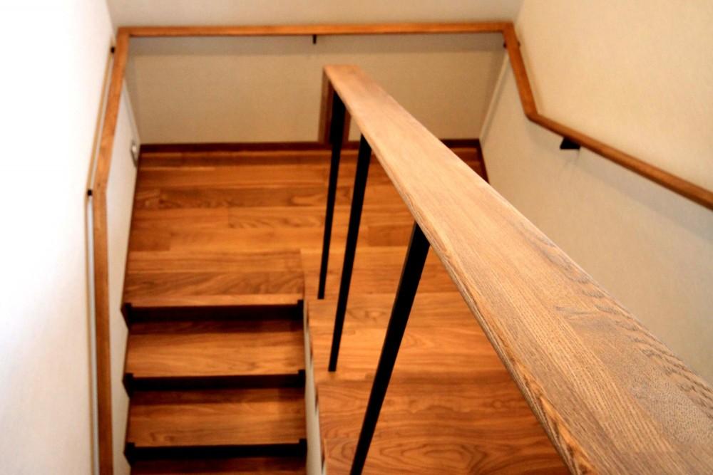 杉並の住宅 大きな切妻屋根の家 (階段)
