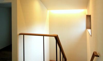 杉並の住宅 大きな切妻屋根の家 (明るい階段)
