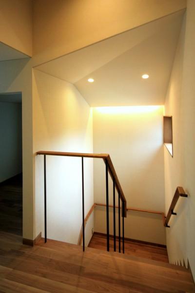 明るい階段 (杉並の住宅 大きな切妻屋根の家)