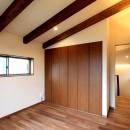 杉並の住宅 大きな切妻屋根の家の写真 勾配天井の2階寝室
