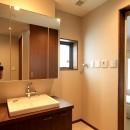 杉並の住宅 大きな切妻屋根の家の写真 洗面室と浴室