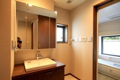 洗面室と浴室 (杉並の住宅 大きな切妻屋根の家)