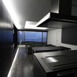熱海Kヴィラ 伊豆山に建つリゾートマンションのリノベーション (オリジナルデザインのオープンキッチンとリビングダイニング)