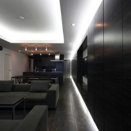 熱海Kヴィラ 伊豆山に建つリゾートマンションのリノベーション (リビングダイニングの壁面収納)