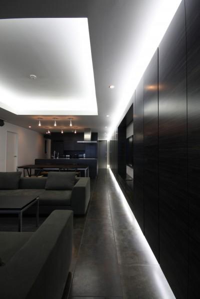 リビングダイニングの壁面収納 (熱海Kヴィラ 伊豆山に建つリゾートマンションのリノベーション)