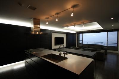オリジナルデザインのオープンキッチンとリビングダイニング (熱海Kヴィラ 伊豆山に建つリゾートマンションのリノベーション)