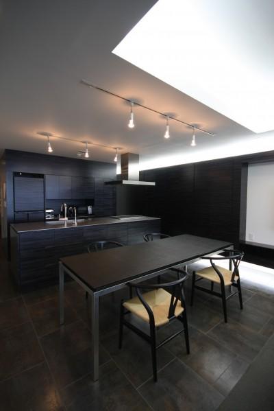 オリジナルデザインのオープンキッチンとダイニングテーブル (熱海Kヴィラ 伊豆山に建つリゾートマンションのリノベーション)