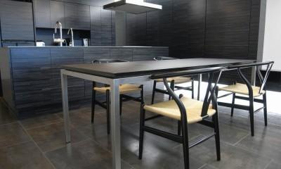 熱海Kヴィラ 伊豆山に建つリゾートマンションのリノベーション (オリジナルデザインのオープンキッチンとダイニングテーブル)