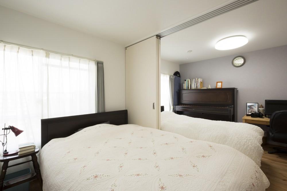 憧れの「大人時間」が始まる 60代の大胆リノベーション (可動式の間仕切りを設けた寝室)