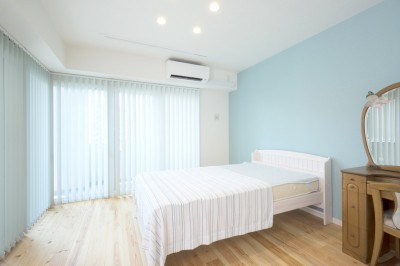 寝室はブルーを基調に (シンプルライフを楽しむ40代女性の「心機一転」ワクワクリノベーション)