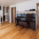 「理想の家に住みたい」という夢を叶えた、前向きリノベーションの写真 リビングからの二つの動線
