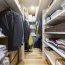 大家族が集まれるダイニングと機能的な収納で生き返るリノベーションの写真 寝室から続くウォークインクローゼット