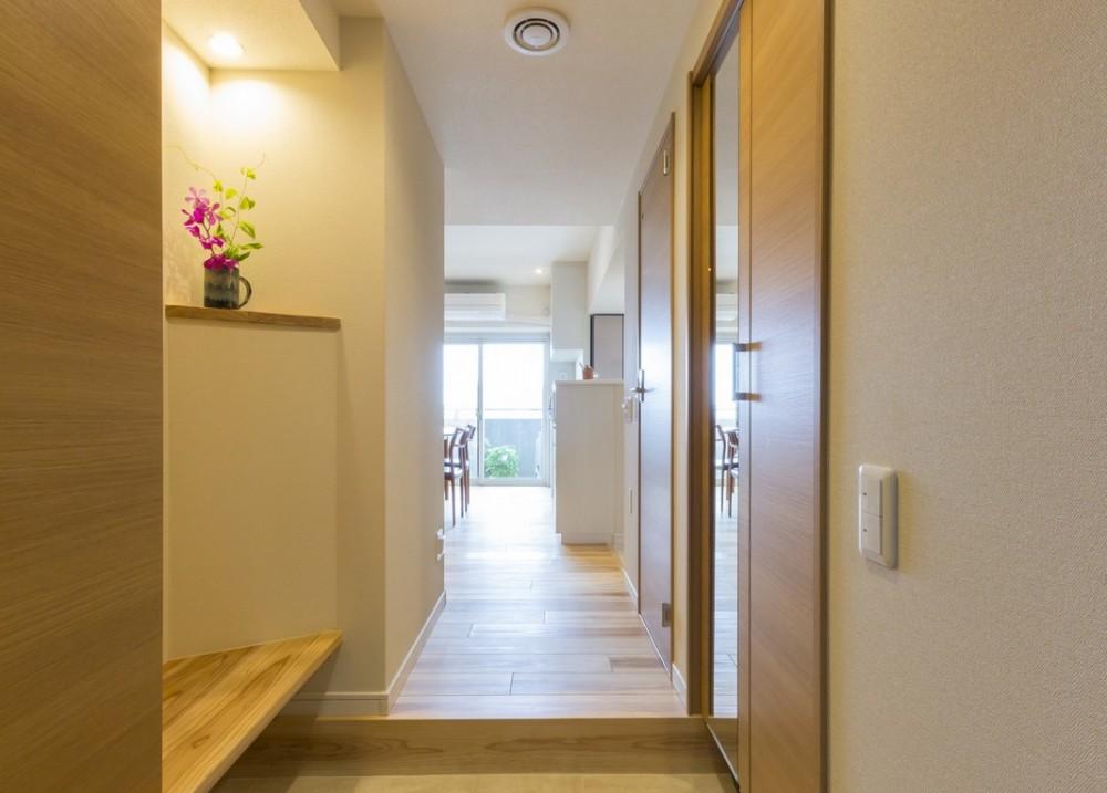 大家族が集まれるダイニングと機能的な収納で生き返るリノベーション (玄関を、明るく、広く)