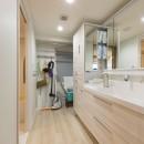 大家族が集まれるダイニングと機能的な収納で生き返るリノベーションの写真 洗面室も広く