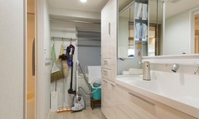 大家族が集まれるダイニングと機能的な収納で生き返るリノベーション (洗面室も広く)