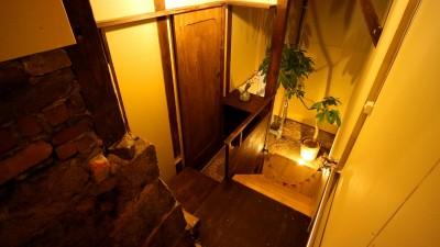 地下への階段を降りた寝室手前の踊り場。 (GUEST HOUSE とろとろ 空堀商店街)