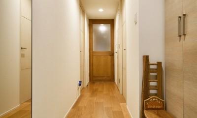 お気に入りの家具との暮らし。活かすのは職人技の造作 (玄関)